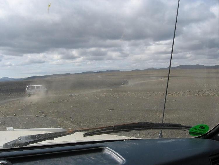Name:  Island 2007-1 066-biler i øde støvete landskap.jpg Views: 6607 Size:  44.1 KB